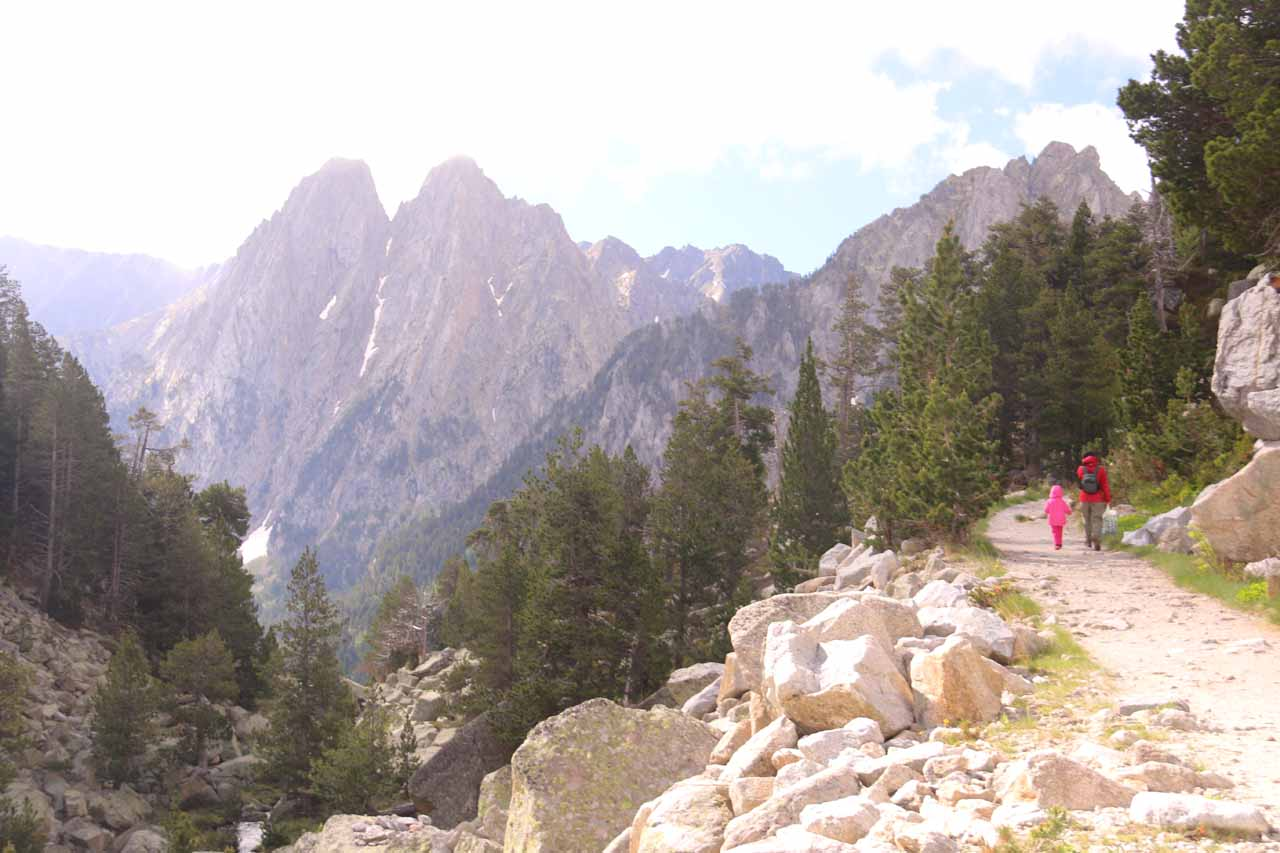 Julie and Tahia approaching the dramatic scenery of the mirador over Estany de Sant Maurici