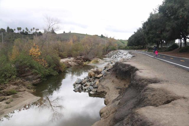 Aliso_Viejo_Falls_009_01022017 - Context of Aliso Creek and the paved multi-use Aliso Creek Regional Bikeway, Riding and Hiking Trail beyond the Foxborough Park