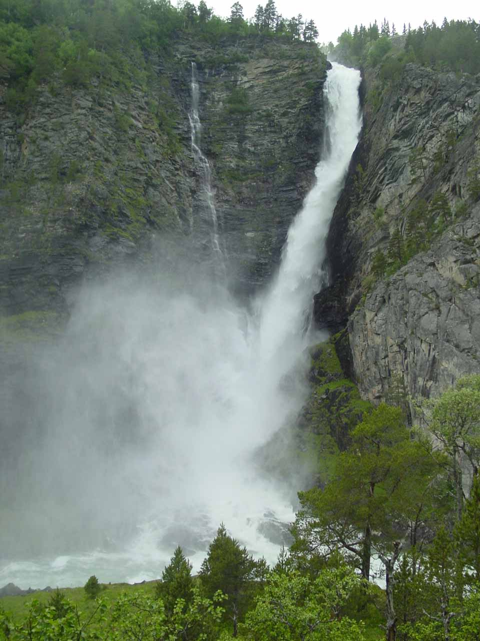This was Svøufossen, which was the first waterfall we saw in the Åmotan area. Linndalsfossen was the last one since it required a moderate hike to get to