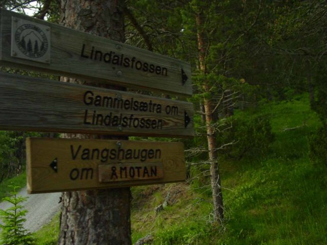 Amotan_026_07032005 - Some of the old signage to continue the hike towards Lindalsfossen as seen back on our first visit in early July 2005