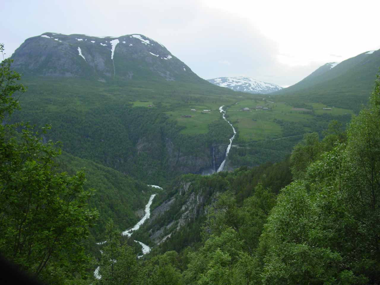 When the Linndalsfossen trail opened up, I got this distant view of Linndøla converging towards the base of Svøufossen with Svisdalen further upstream from the falls