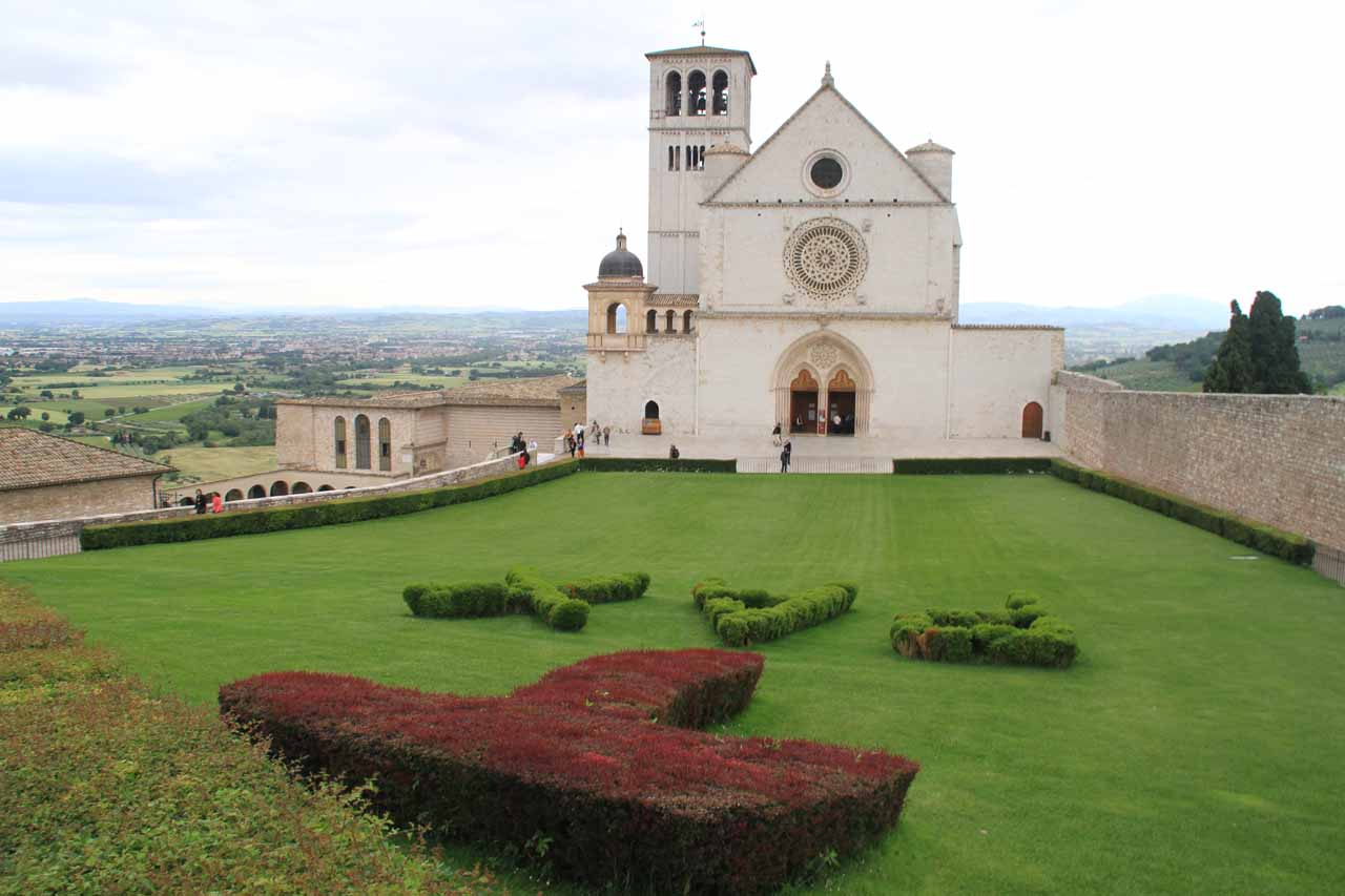 Approaching the basilica of San Francesco d'Assisi