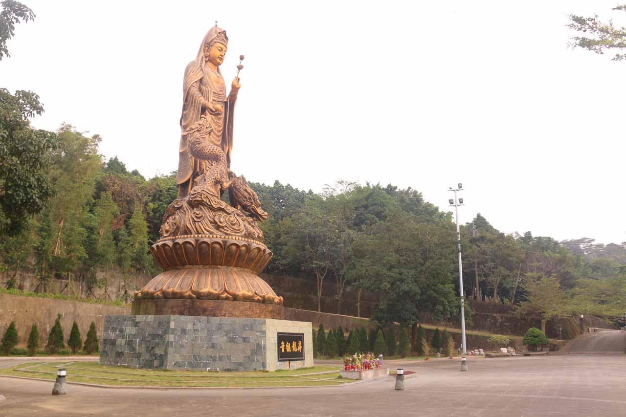 On the way to the Fenghuang Waterfall, we passed by the Ban Tian Yan Ziyun Temple (半天岩紫雲寺 [Bàntiānyán Zǐyún Sì]), which was said to be a Grade 3 historical temple