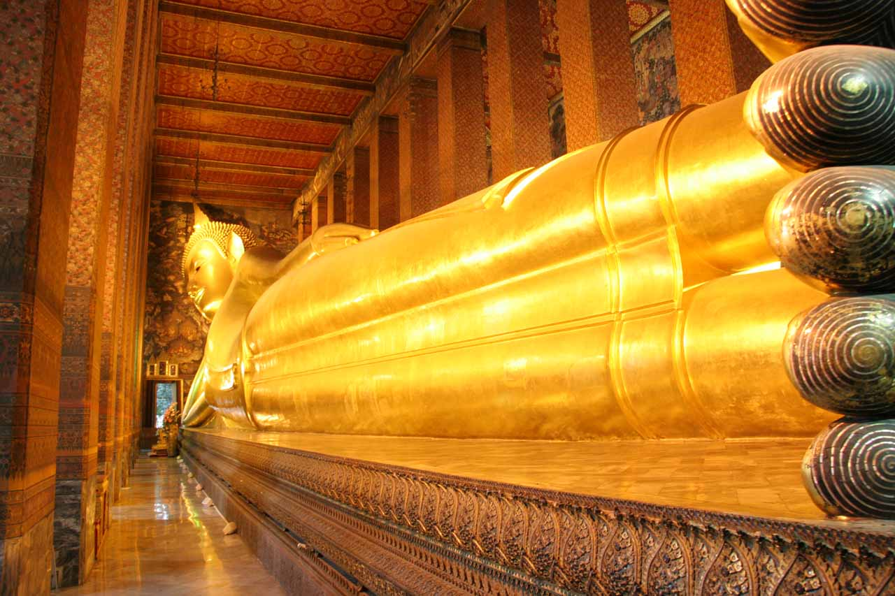 The long, golden reclining Buddha at Wat Pho