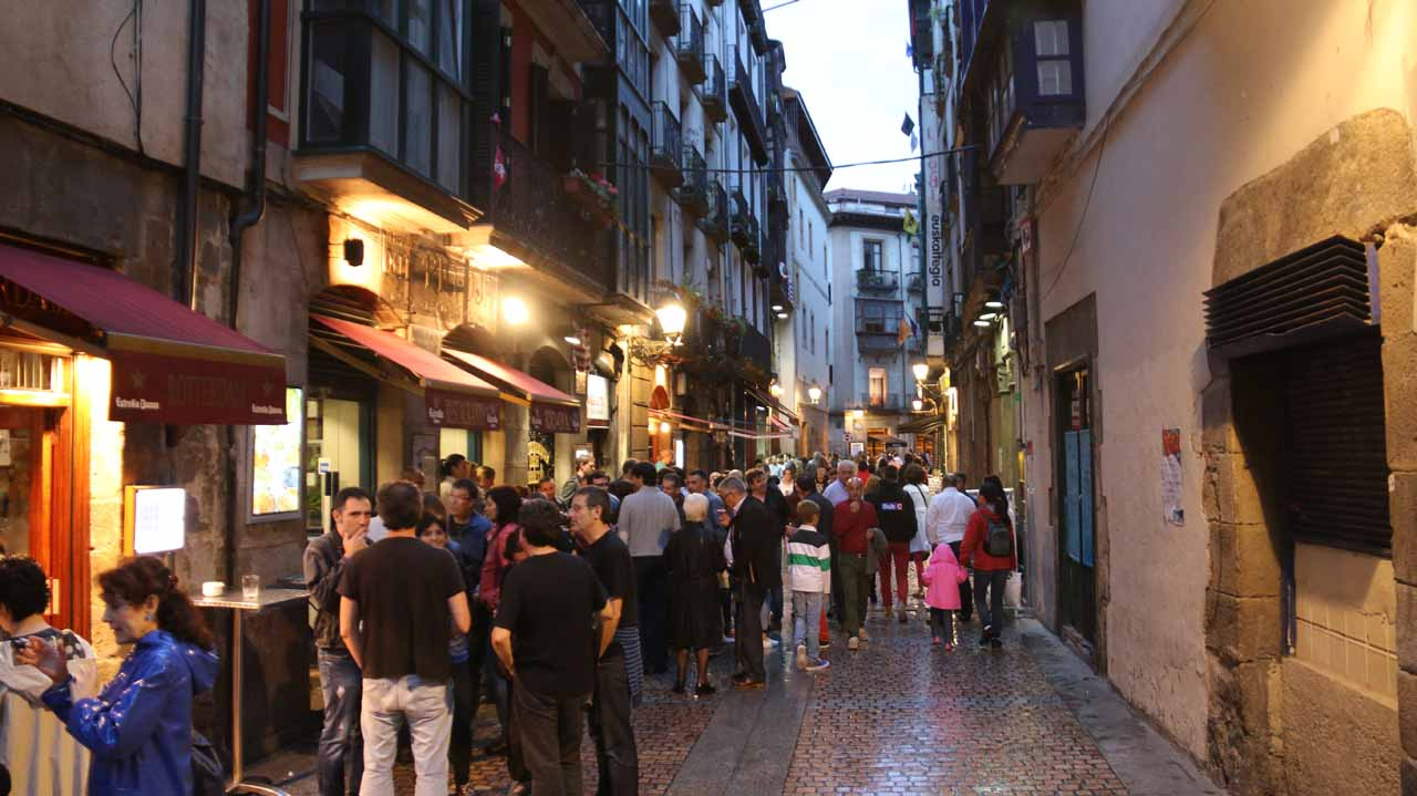 Julie and Tahia approaching a very crowded restaurant in the Casco Viejo region of Bilbao