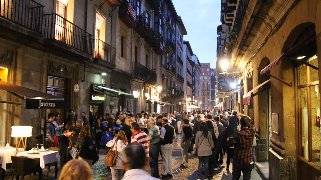 Another crowded restaurant in the Casco Viejo of Bilbao, but it turned out that no one was eating!