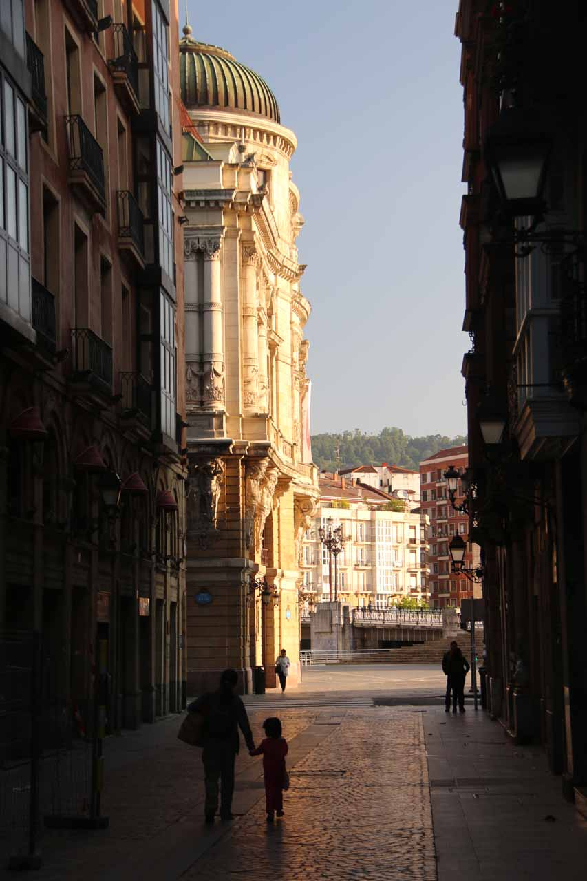 Julie and Tahia walking in the quiet streets of Bilbao's Casco Viejo