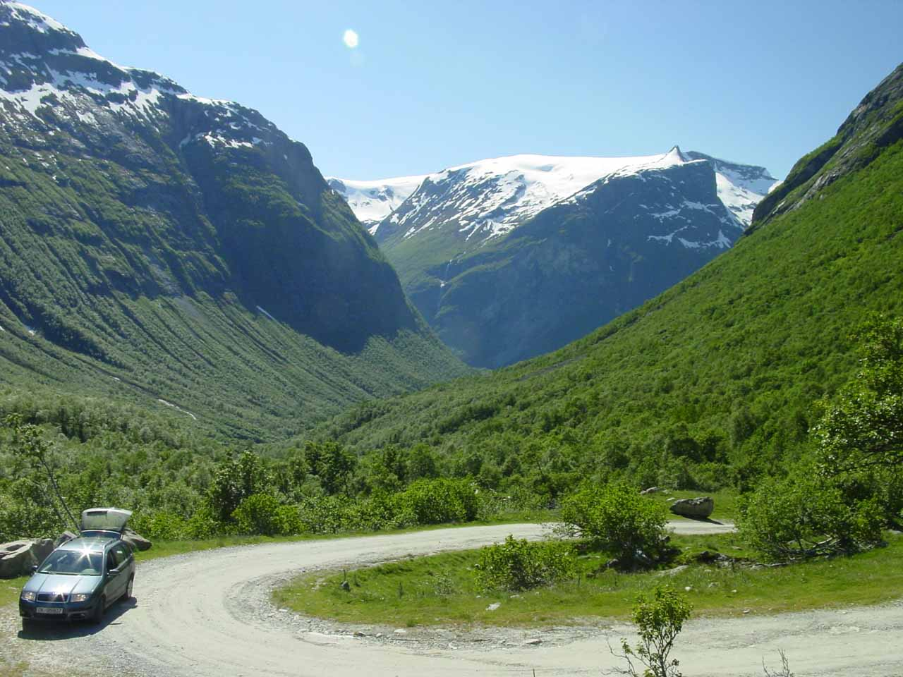 Looking down at the hairpin turn right next to Høysteinfossen