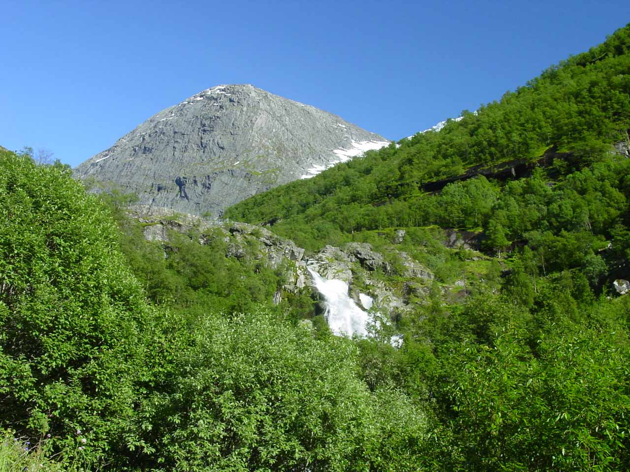 We started to see parts of Kleivafossen fairly early in the hike