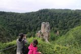 Burg_Eltz_017_06172018 - Julie and Tahia checking out Burg Eltz