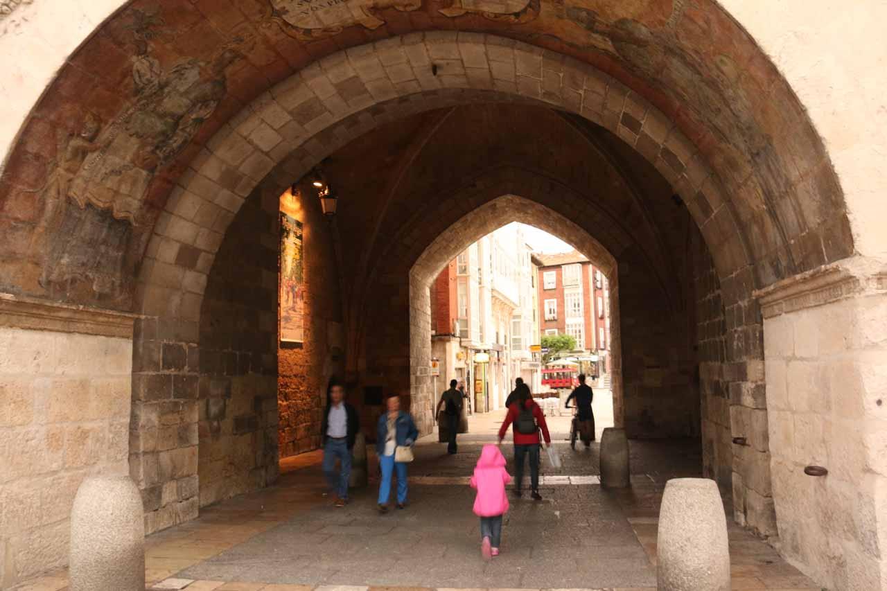 Julie and Tahia going back beneath the Arco de Santa Maria