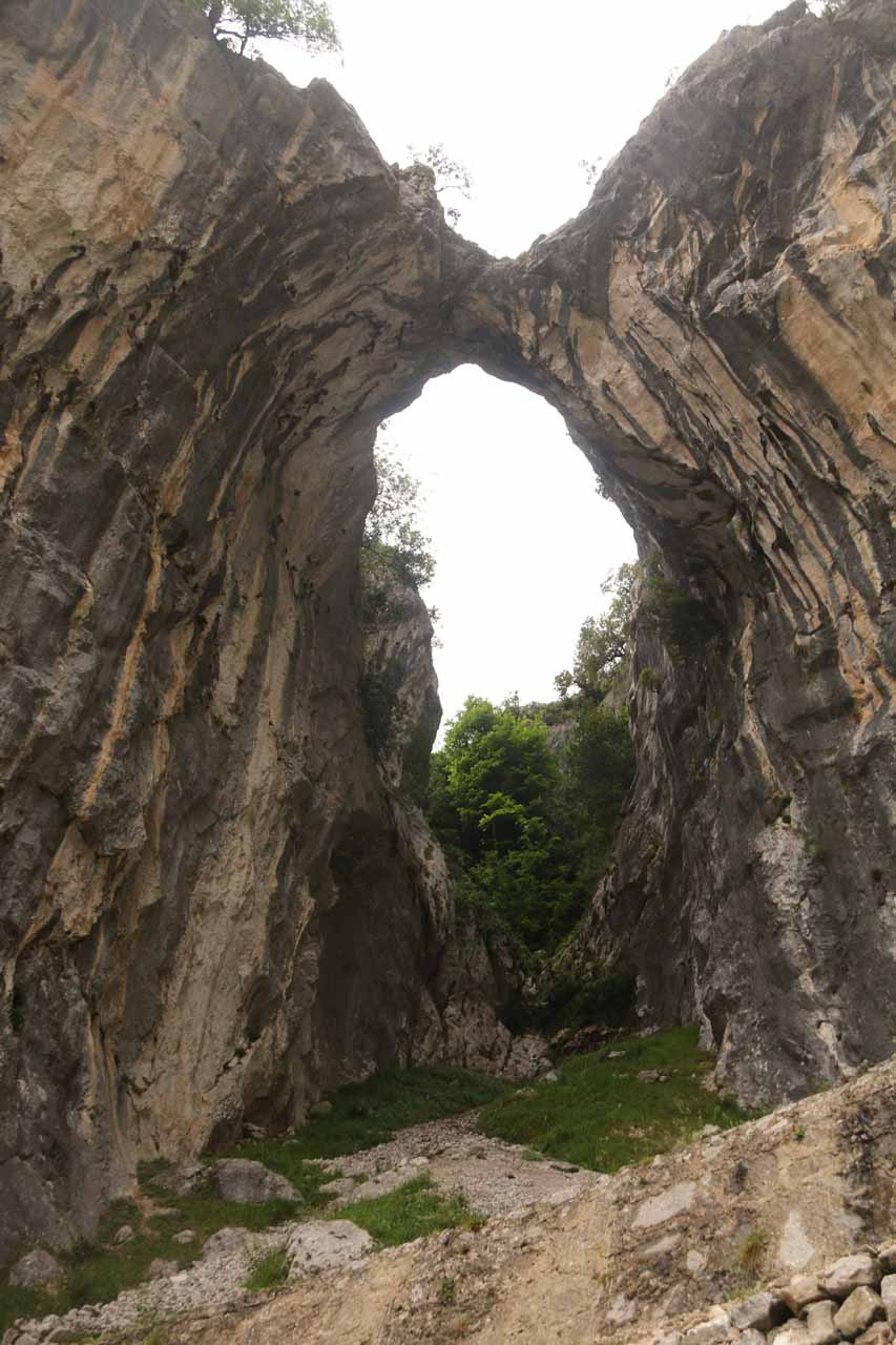 More direct look through the span of the natural arch by the Ruta de Cares