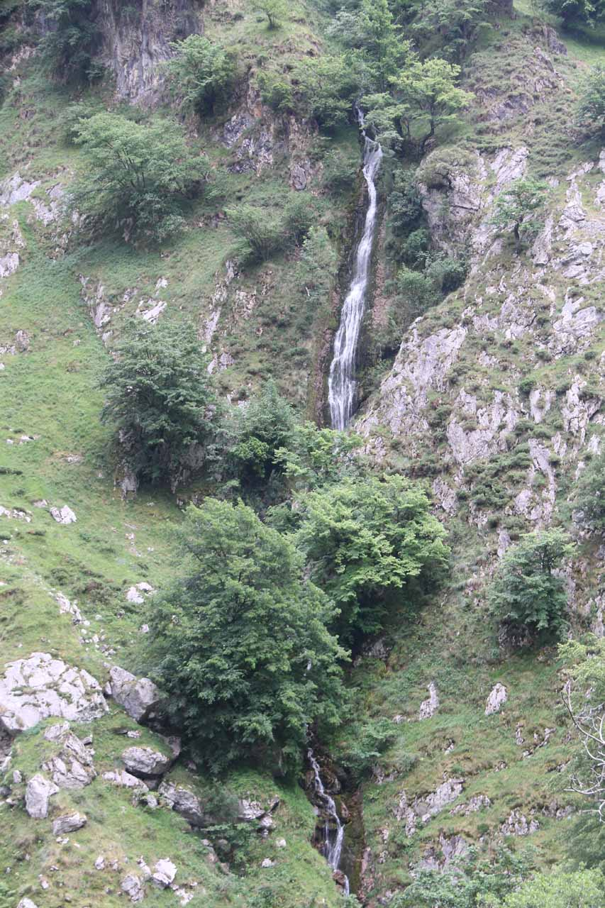 Direct look at one of the few natural waterfalls seen along the Ruta de Cares