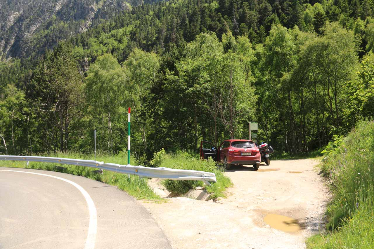 The easy-to-miss trailhead for Cascada de Gerber by the road up the Gerber Valley to Bonaigua Pass