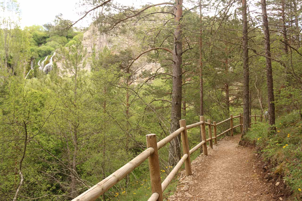 Here's the context of that partial view of the Cascada del Molino against the trail