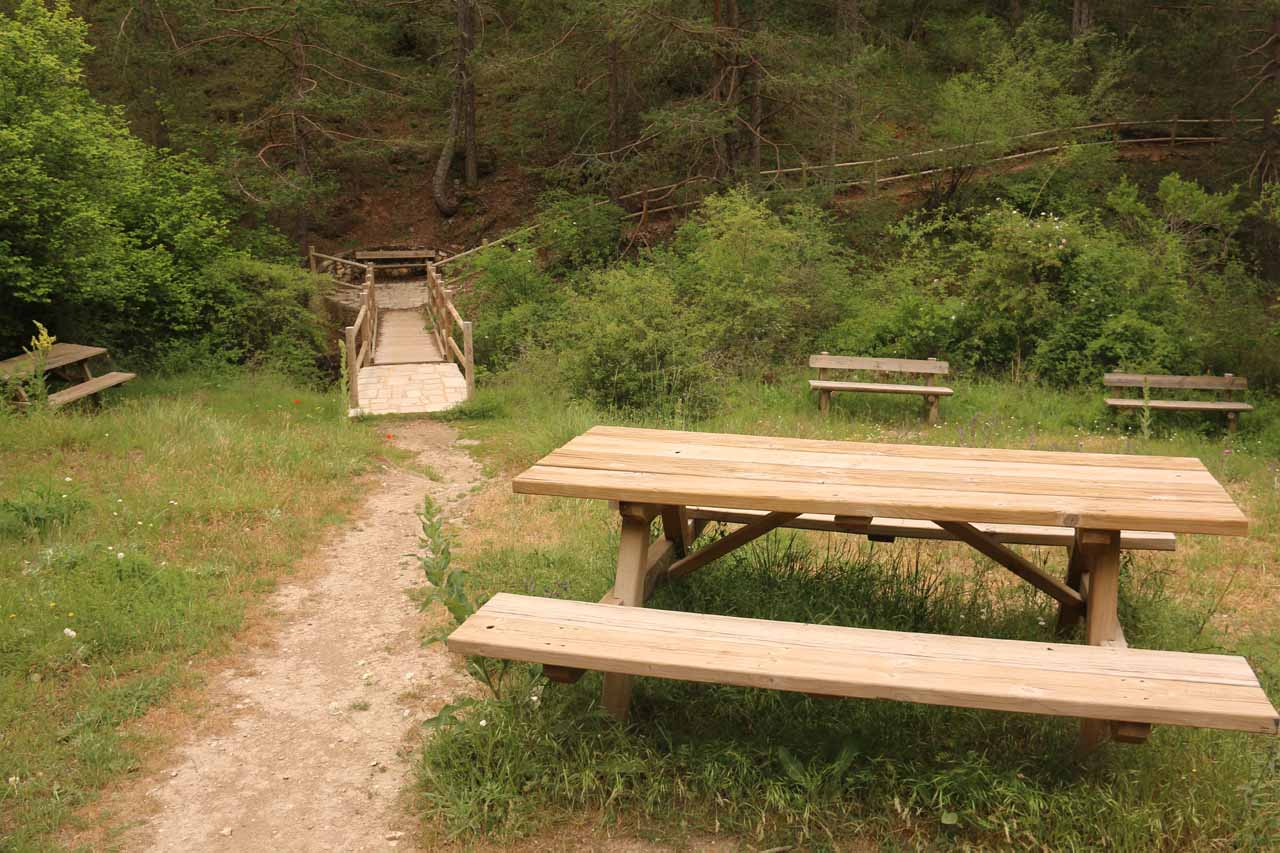 Yes, there were also a handful of picnic tables very close to the end of the trail