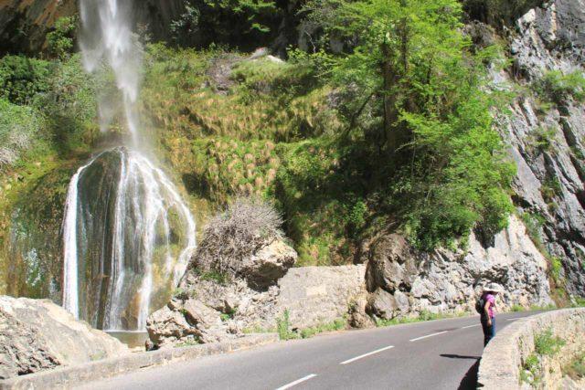 Cascade_de_Courmes_021_20120516 - Context of the Cascade de Courmes spilling next to the narrow road