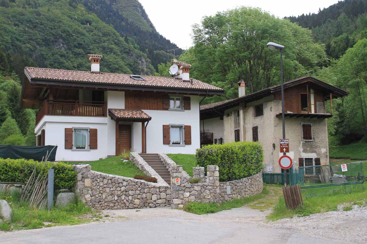 The trailhead at the dead-end of Via al Molino