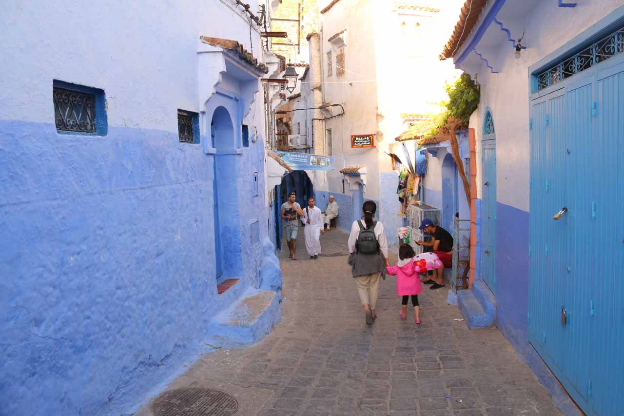 Julie and Tahia walking in the medina of Chefchaouen in search of dinner