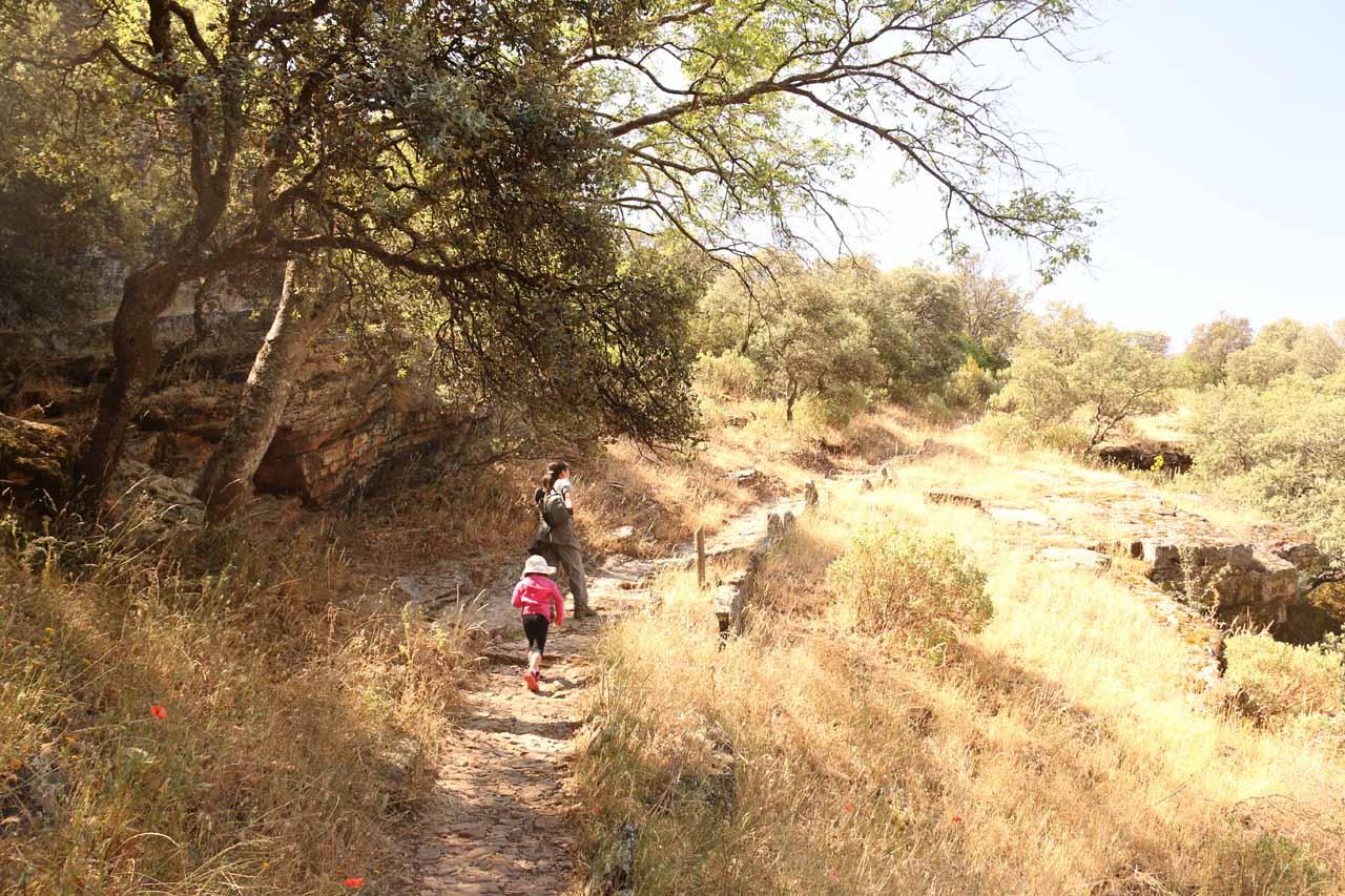 Julie and Tahia leaving the shade and continuing the hot climb up to the mirador de Cascada de la Cimbarra