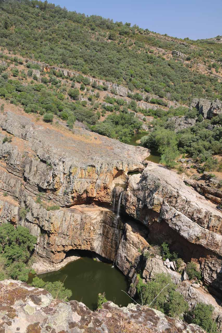 Contextual look at the slanted hard rock layer giving rise to the Cascada de la Cimbarra seen from its mirador