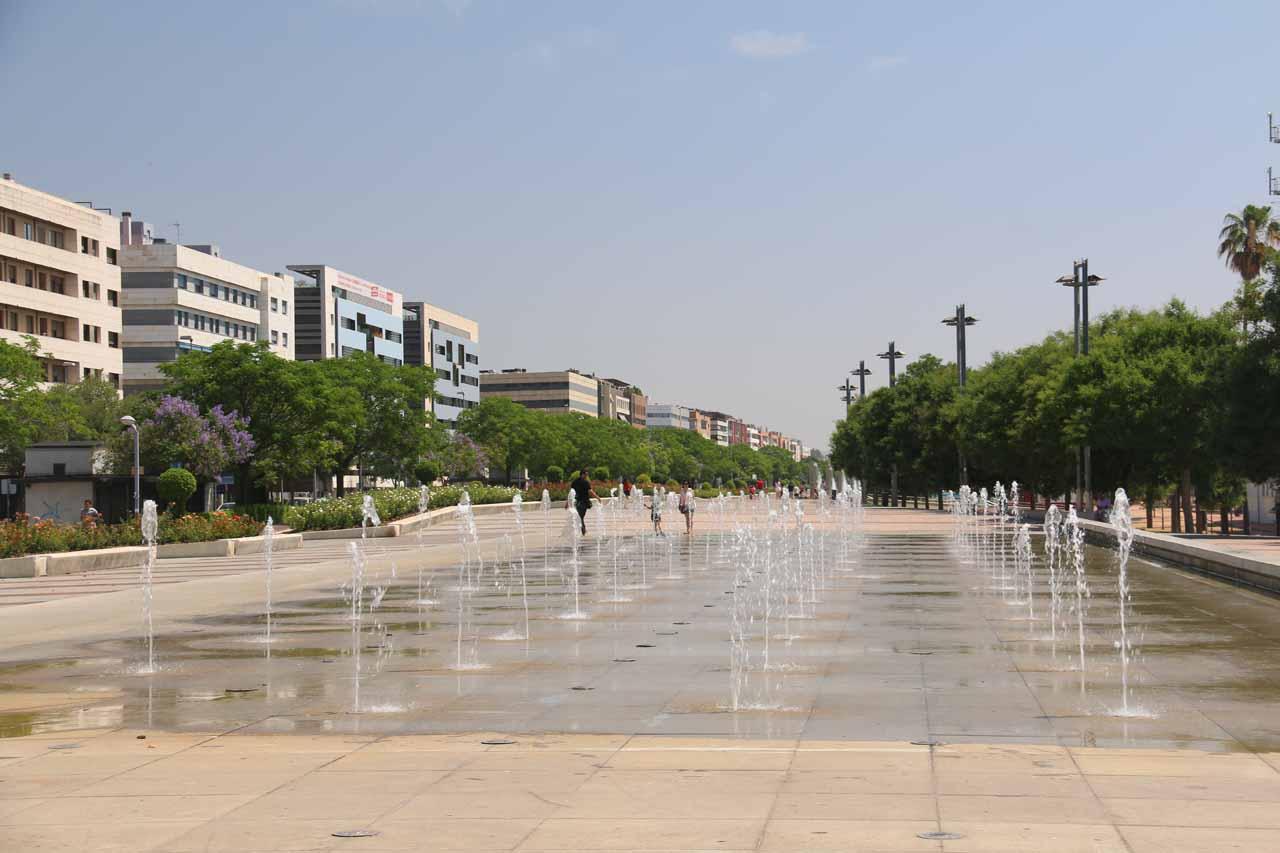 Wide open space and a fountain near the corner of Avenida de la Libertad and Avenida de los Mozarabes