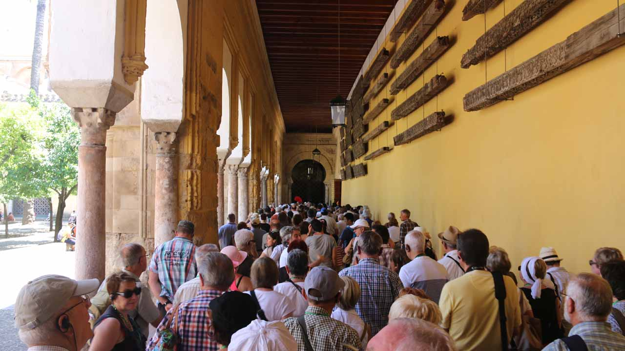 A large queue of people waiting to get into la Mezquita