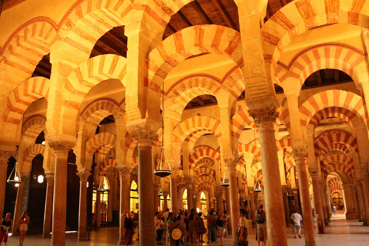 Inside the impressive multi-arched and multi-columned spaces of la Mezquita
