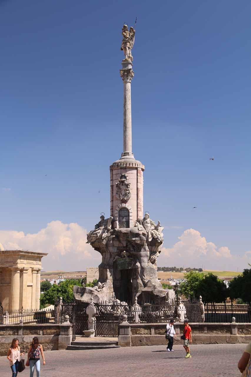A tall pillar and fountain near the Roman Bridge