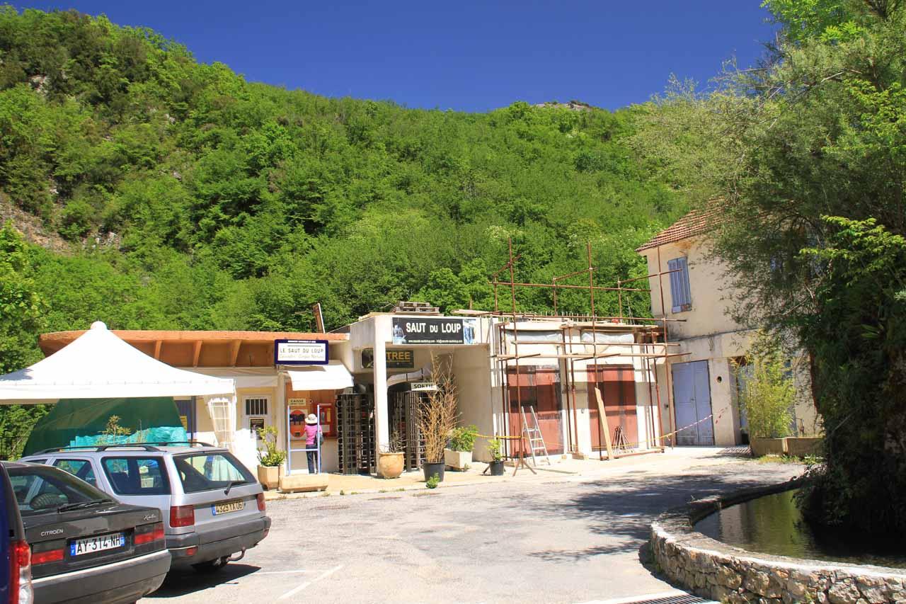 The car park for Saut du Loup