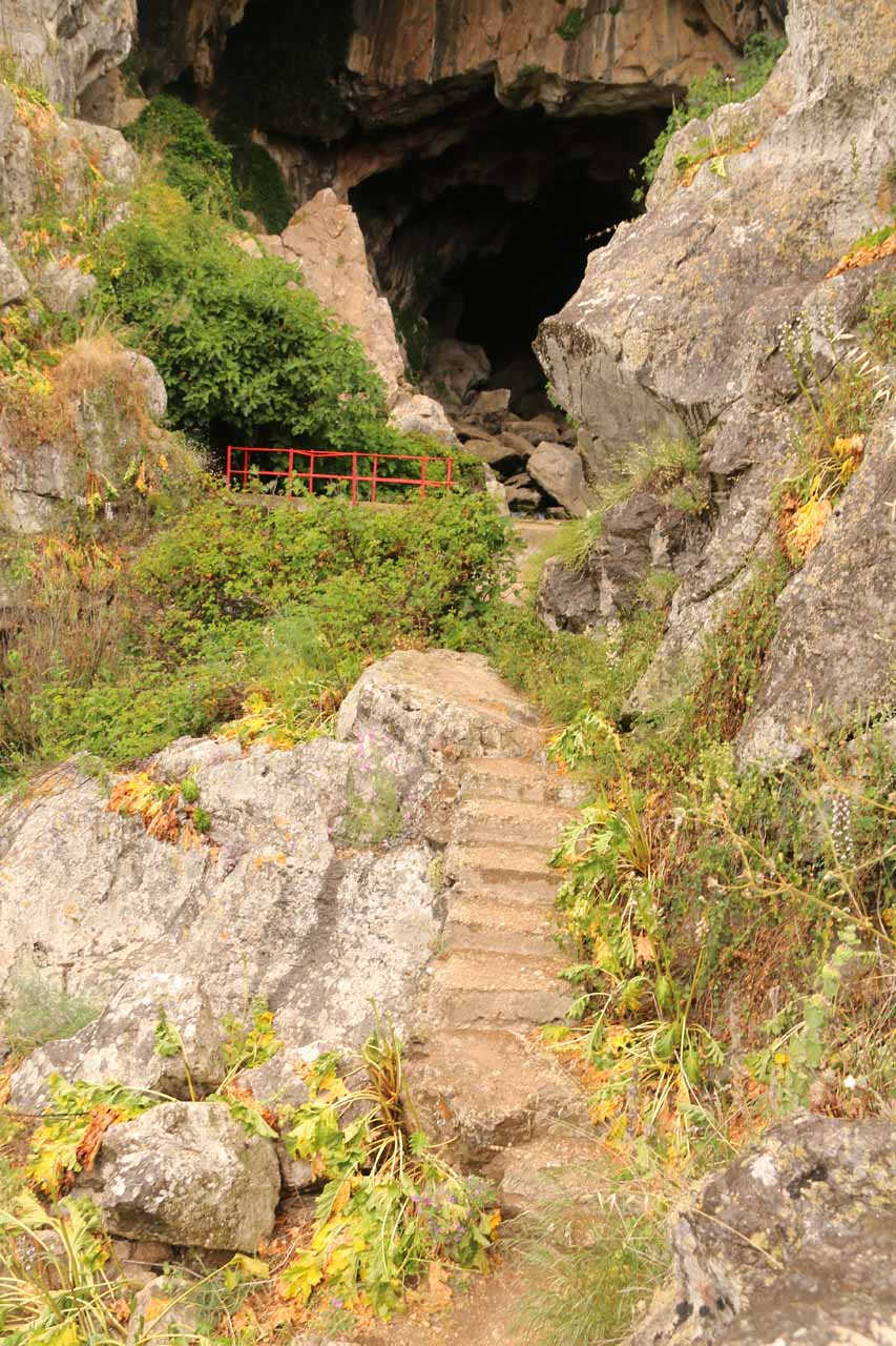 The narrow ledge trail leading to the mouth of the Cueva del Gato