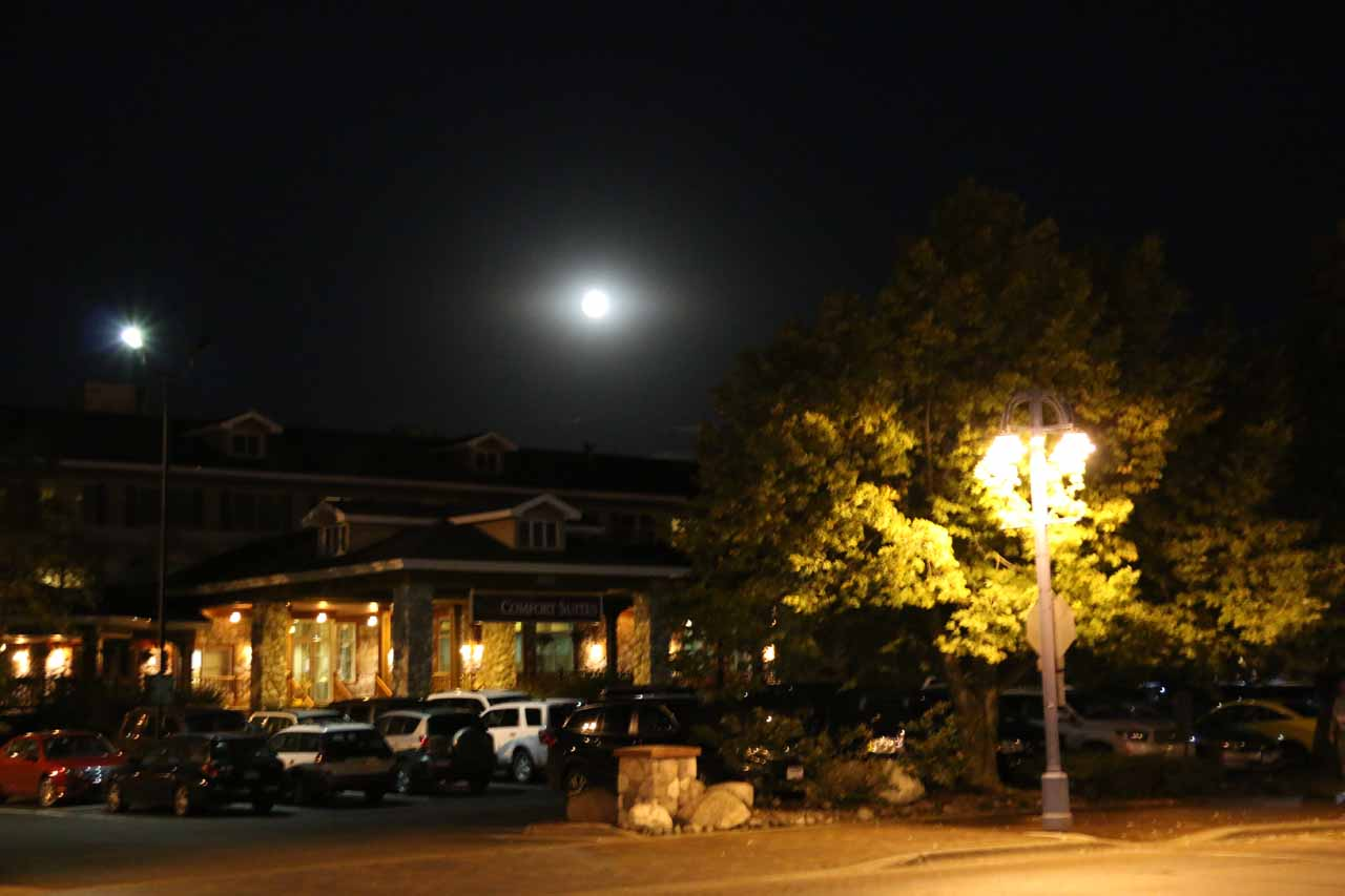 The bright moon over the Comfort Inn in Duluth