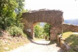 Durnstein_128_07072018 - Passing through some former castle gate at the ruins above Durnstein