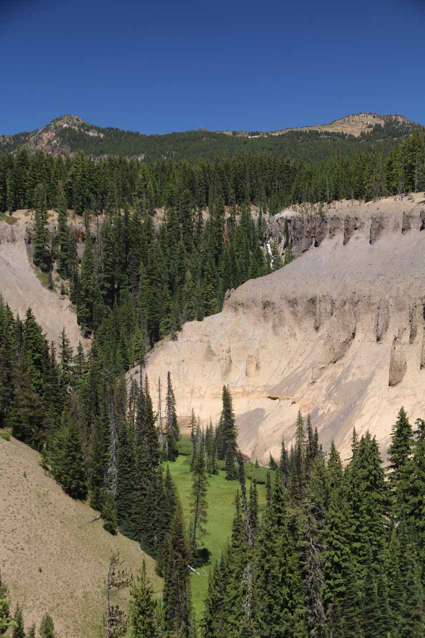 This portrait view of the context of Duwee Falls tries to show you just how high the cliffs resulting from the original pyroclastic flow of the Mt Mazama eruption were making it quite obvious to us that we would definitely not want to be in the way of one of those things
