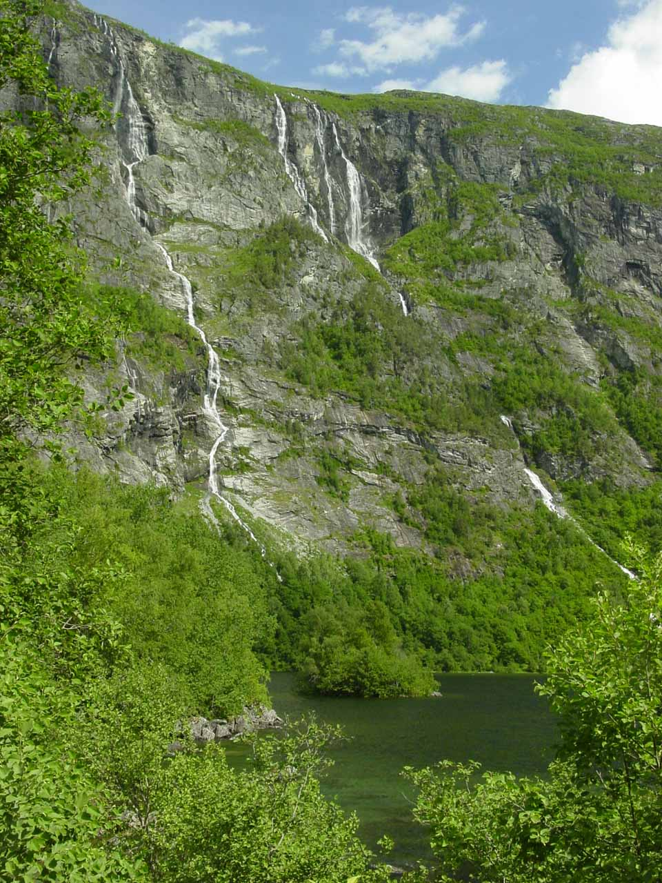 This series of thin waterfalls near what appeared to be the mouth of a lake or thick part of the Aura River, and it might be on the brook Almelibekken (Almelibekkfossen?) or Rangåa (Rangåafossen?)