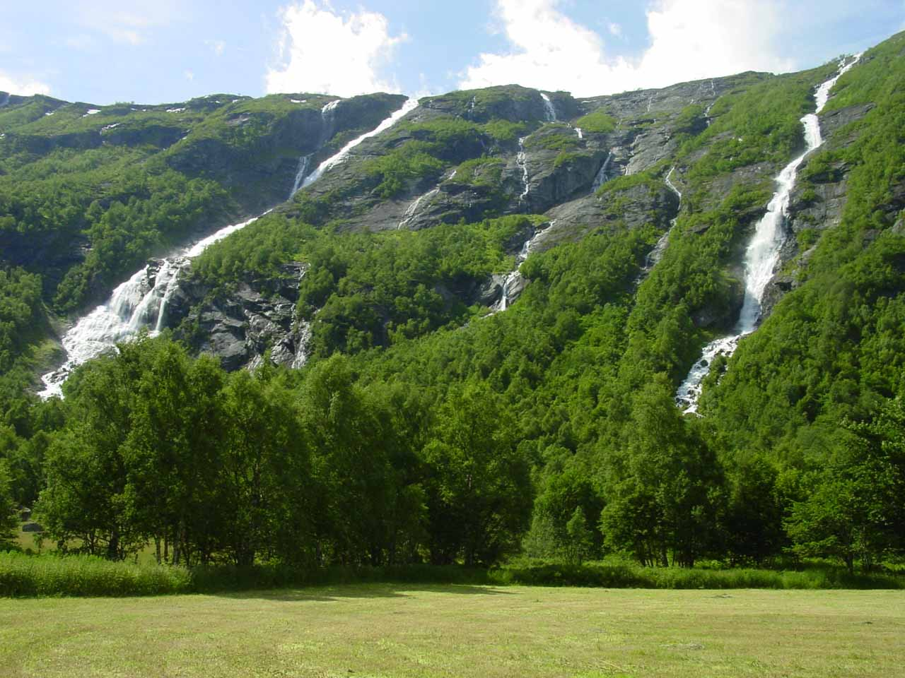This conspicuous pair of waterfalls were on the streams Tverrgrova (right) and Høvla (left) so I guess we could call them Tverrgrovafossen and Høvlafossen, respectively