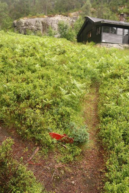 Espelandsfossen_Granvin_034_06252019 - Following the red arrow to continue towards Espelandsfossen and not towards the private home