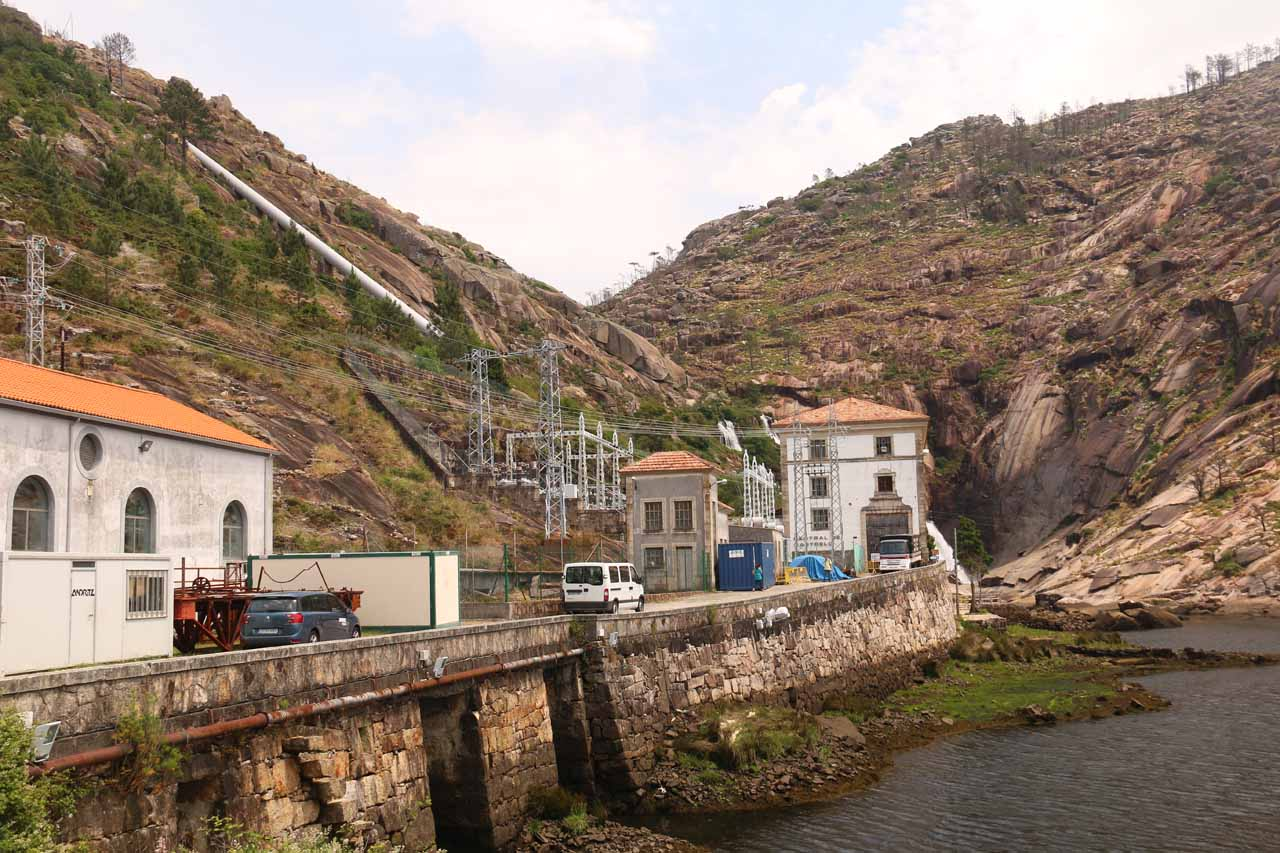 Looking back at the full context of the hydro facility fronting Fervenza do Ezaro
