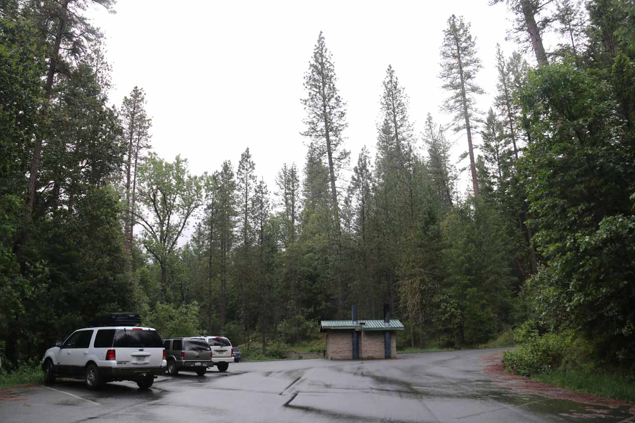 The Feather Falls Trailhead, which was pretty quiet when we first showed up at around 6:45am on a Saturday morning
