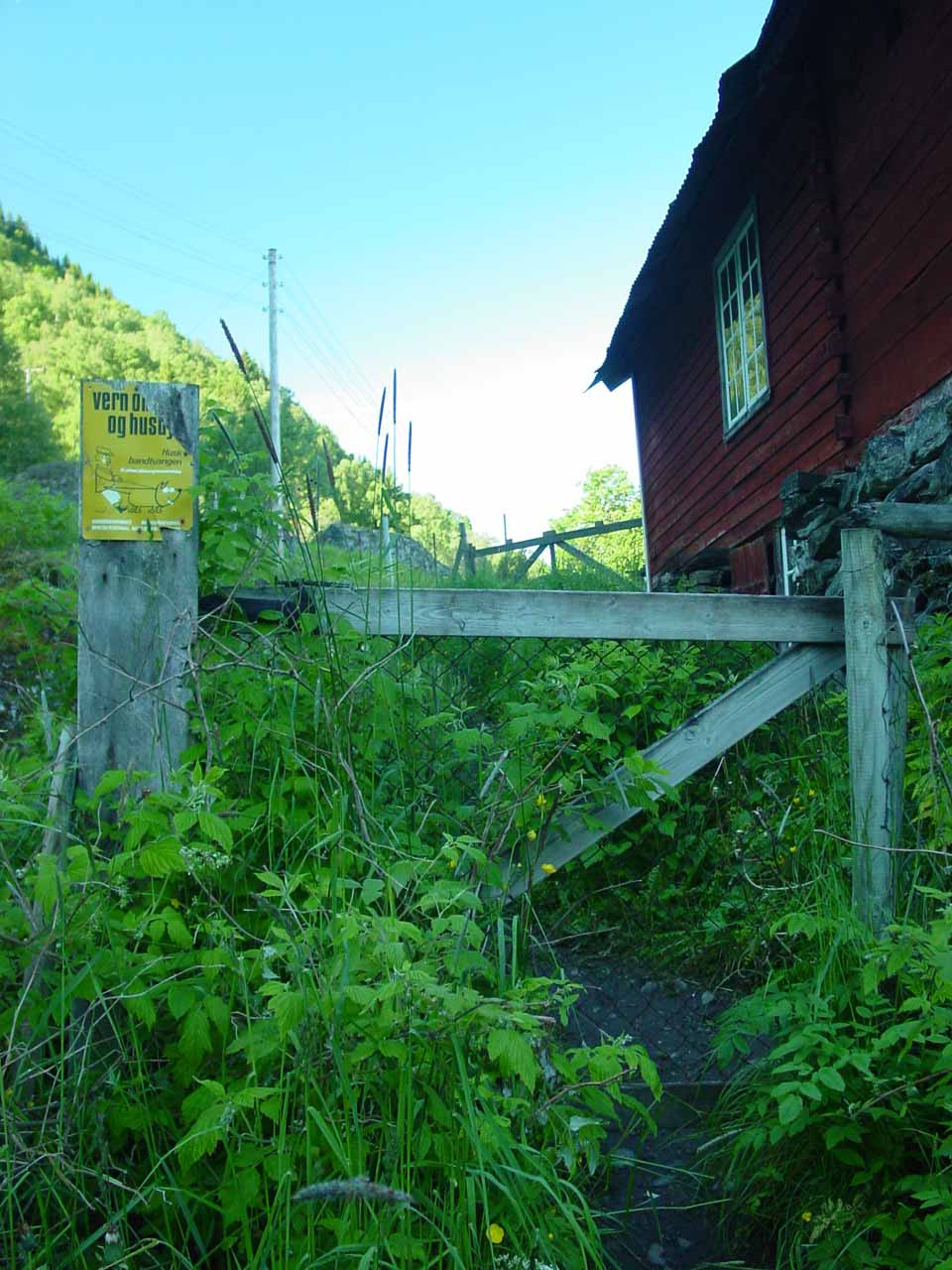 Some parts of the trail feel like trespassing, but indeed we had to persist as that was where the trail went...