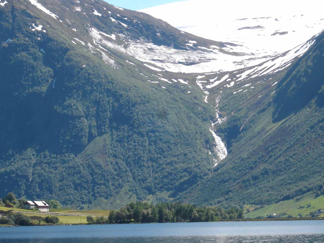 Just 8km on the E39 south of Heggheimsfossen, we also caught a glimpse of this waterfall called Vikafossen, which was right across from the attractive lake Jølstravatnet