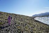 Fjallsarlon_079_08082021 - Context of Mom and Tahia walking closer to the icebergs of Fjallsarlon