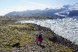 Fjallsarlon_097_08082021 - Mom, Julie, and Tahia descending towards the icebergs at the edge of Fjallsarlon
