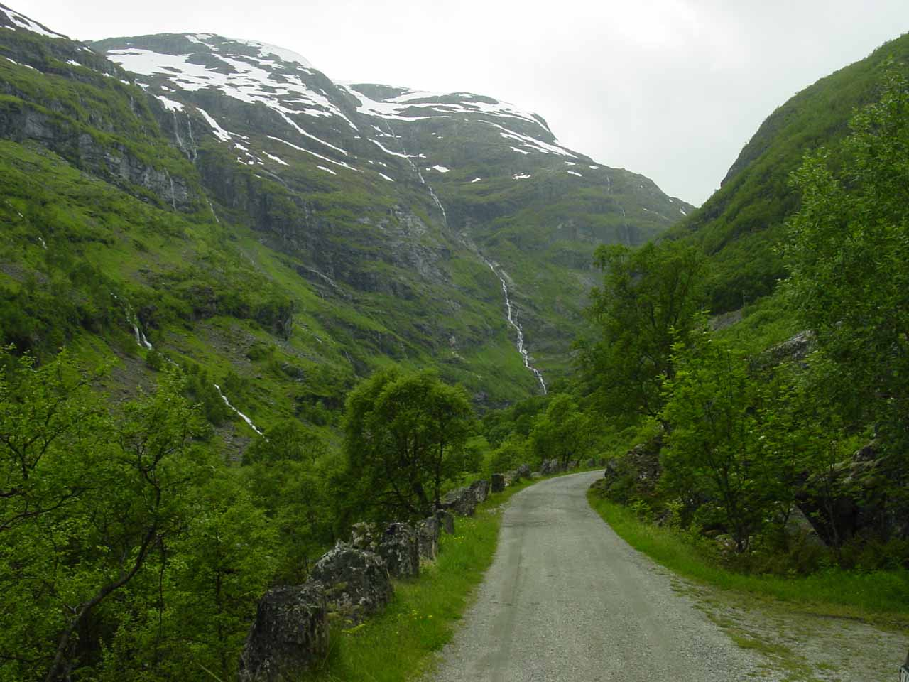 Driving the very narrow unpaved road in Flamsdalen near the Blomheller Station