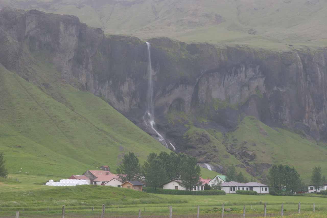 Foss á Siðu falling behind the farms