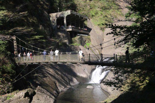 Fukuroda_110_10152016 - Context of the suspension bridge and lower viewing deck at the Fukuroda Falls