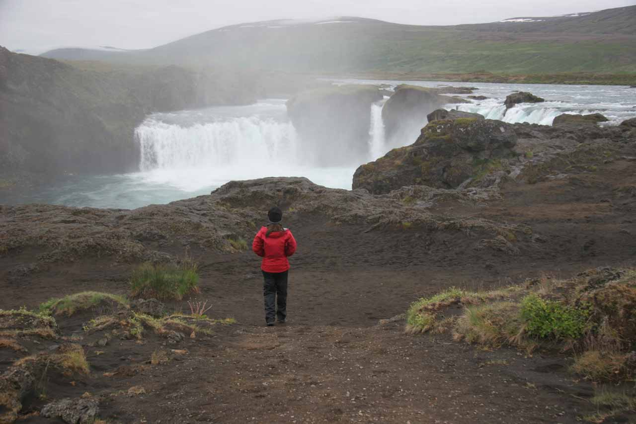 Julie walking towards the brink of Goðafoss from the west bank