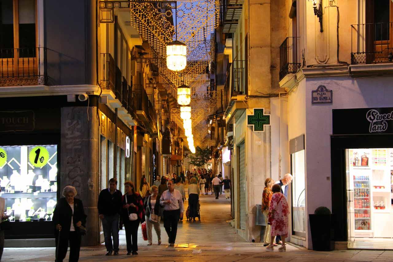 Passing through a shopping arcade between the Plaza de Bib Rambla and the Plaza del Carmen