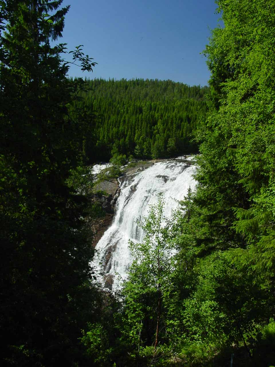 When I leaned against the fence, this was the view of Grongstadfossen that I got