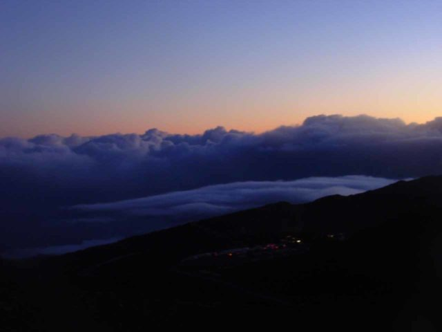 Haleakala_Sunrise_118_09052003 - Colors in the sky just before the sun came up